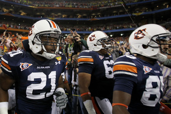 GLENDALE, AZ - JANUARY 10:  Eltoro Freeman #21, Chad Slade #62 and Travante Stallworth #85 of the Auburn Tigers take the field against the Oregon Ducks during the Tostitos BCS National Championship Game at University of Phoenix Stadium on January 10, 2011