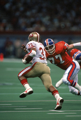 NEW ORLEANS - JANUARY 28:  Linebacker Karl Mecklenburg #77 of the Denver Broncos closes in on running back Roger Craig #33 of the San Francisco 49ers during Super Bowl XXIV at the Louisiana Superdome on January 28, 1990 in New Orleans, Louisiana.  The 49e