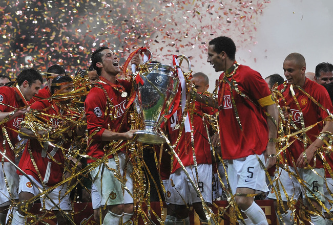 MOSCOW - MAY 21:  Manchester United players celebrate with the trophy following their team''s victory during the UEFA Champions League Final match between Manchester United and Chelsea at the Luzhniki Stadium on May 21, 2008 in Moscow, Russia.  (Photo by
