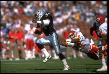 1991:  LOS ANGELES RAIDERS RUNNING BACK BO JACKSON CARRIES THE FOOTBALL DURING THE RAIDERS VERSUS KANSAS CITY CHIEFS GAME AT THE MEMORIAL COLISEUM IN LOS ANGELES, CALIFORNIA.  MANDATORY CREDIT:  MIKE POWELL/ALLSPORT
