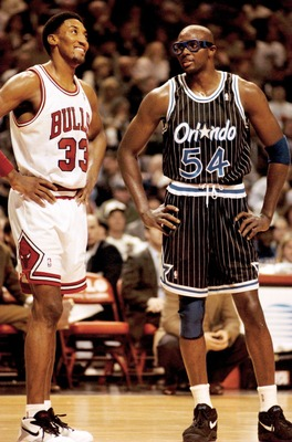10 JAN 1994:  CHICAGO BULL SCOTTIE PIPPEN, 33, AND FORMER TEAMATE,  HORACE GRANT OF THE ORLANDO MAGIC ENJOY A LITTLE CONVERSATION DURING A BREAK IN FIRST HALF ACTION OF THEIR MEETING AT THE UNITED CENTER IN CHICAGO. THIS WAS THE FIRST MEETING BETWEEN GRAN
