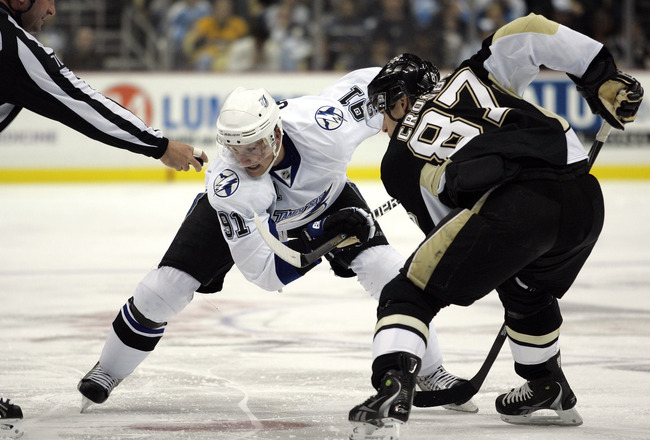 PITTSBURGH - NOVEMBER 12:  Steven Stamkos #91 of the Tampa Bay Lightning and Sidney Crosby #87 of the Pittsburgh Penguins take a face-off at Consol Energy Center on November 12, 2010 in Pittsburgh, Pennsylvania.  (Photo by Justin K. Aller/Getty Images)