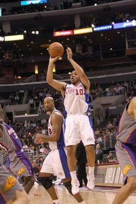 LOS ANGELES, CA - JANUARY 11:  Eric Gordon #10 the Los Angeles Clippers makes a jumpshot against the Phoenix Suns on January 11, 2009 at Staples Center in Los Angeles, California.  The Suns won 109-103.   NOTE TO USER: User expressly acknowledges and agre