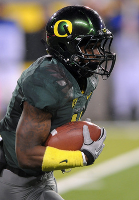 EUGENE, OR - NOVEMBER 26: Wide receiver Josh Huff #4 of the Oregon Ducks runs back a kickoff in the third quarter of the game against the Arizona Wildcats at Autzen Stadium on November 26, 2010 in Eugene, Oregon. The Ducks won the game 48-29. (Photo by St