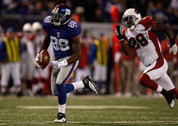 EAST RUTHERFORD, NJ - OCTOBER 25:  Hakeem Nicks #88 of the New York Giants  runs a pass in for a touchdown past D. Rogers-Cromartie of the Arizona Cardinals on October 25, 2009 at Giants Stadium in East Rutherford, New Jersey.  (Photo by Jared Wickerham/G