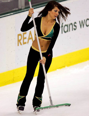 44nhl-ice-girl-cleavage-24_display_image