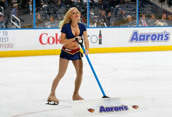 32nhl-ice-girl-cleavage-4_display_image