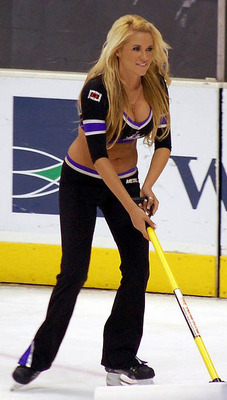 28nhl-ice-girl-cleavage-91_display_image