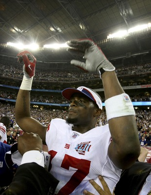 GLENDALE, AZ - FEBRUARY 03:  Wide receive Plaxico Burress #17 of the New York Giants walks off the field after the Giants defeated the New England Patriots 17-14 during Super Bowl XLII on February 3, 2008 at the University of Phoenix Stadium in Glendale,