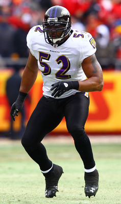 KANSAS CITY, MO - JANUARY 09:  Linebacker Ray Lewis #52 of the Baltimore Ravens reads the play in 2011 AFC wild card playoff game against the Kansas City Chiefs at Arrowhead Stadium on January 9, 2011 in Kansas City, Missouri.  (Photo by Dilip Vishwanat/G