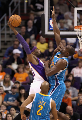 PHOENIX, AZ - JANUARY 30:  Hakim Warrick #21 of the Phoenix Suns slam dunks the ball against Emeka Okafor #50 of the New Orleans Hornets during the NBA game at US Airways Center on January 30, 2011 in Phoenix, Arizona. The Suns defeated the Hornets 104-10