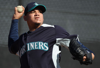 PEORIA, AZ - FEBRUARY 15:  Pitcher Felix Hernandez #34 of the Seattle Mariners throws during a MLB spring training practice at Peoria Stadium on February 15, 2011 in Peoria, Arizona.  (Photo by Christian Petersen/Getty Images)