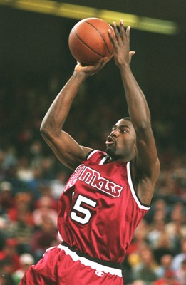 10 DEC 1994:  LOU ROE OF UMASS SHOOTS A FADE-AWAY JUMPER DURING A 85-74 WIN OVER MARYLAND AT COLLEGE PARK, MARYLAND. Mandatory Credit: Doug Pensinger/ALLSPORT