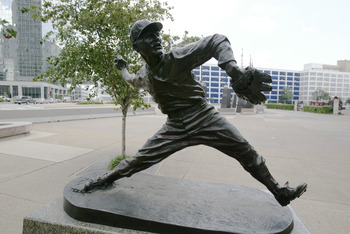 ST LOUIS - JULY 18:  Statue of Jay Hanna 'Dizzy' Dean #17 of the St. Louis Cardinals is outside of Busch Stadium on July 18, 2004 in St. Louis, Missouri. (Photo by Dilip Vishwanat/Getty Images)