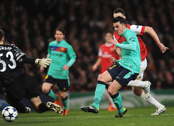 LONDON, ENGLAND - FEBRUARY 16:  David Villa of Barcelona scores the opening goal during the UEFA Champions League round of 16 first leg match between Arsenal and Barcelona at the Emirates Stadium on February 16, 2011 in London, England.  (Photo by Jasper
