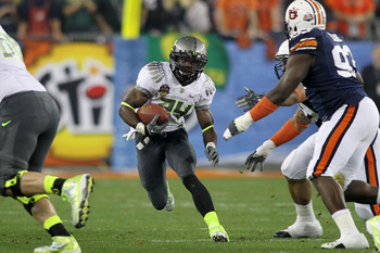 GLENDALE, AZ - JANUARY 10:  Kenjon Barner #24 of the Oregon Ducks runs down field against the Auburn Tigers during the Tostitos BCS National Championship Game at University of Phoenix Stadium on January 10, 2011 in Glendale, Arizona.  (Photo by Jonathan F