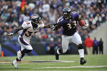 BALTIMORE - NOVEMBER 1: Le'Ron McClain #33 of the Baltimore Ravens runs the ball against the Denver Broncos at M&T Bank Stadium on November 1, 2009 in Baltimore, Maryland. (Photo by Larry French/Getty Images)