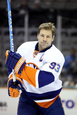 SAN JOSE, CA - NOVEMBER 11:  Doug Weight #93 of the New York Islanders warms up before their game against the San Jose Sharks on November 11, 2010 in San Jose, California.  (Photo by Ezra Shaw/Getty Images)