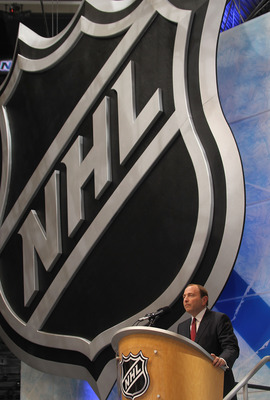LOS ANGELES, CA - JUNE 25: Gary Bettman of teh NHL works on the draft floor during the 2010 NHL Entry Draft at Staples Center on June 25, 2010 in Los Angeles, California.  (Photo by Bruce Bennett/Getty Images)