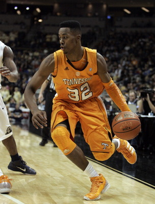 PITTSBURGH, PA - DECEMBER 11:  Scotty Hopson #32 of the Tennessee Volunteers drives to the hoop against the Pittsburgh Panthers during the SEC/BIG EAST Invitational at Consol Energy Center on December 11, 2010 in Pittsburgh, Pennsylvania.  (Photo by Justi