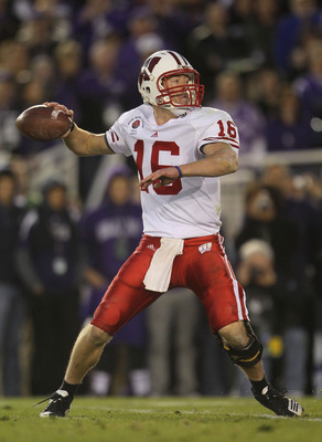 PASADENA, CA - JANUARY 01:  Quarterback Scott Tolzien #16 of the Wisconsin Badgers looks to pass the ball against the TCU Horned Frogs in the 97th Rose Bowl game on January 1, 2011 in Pasadena, California.  (Photo by Jeff Gross/Getty Images)