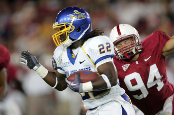 PALO ALTO, CA - SEPTEMBER 19:  Lamon Muldrow #22 of the San Jose State Spartans runs past Thomas Keiser #94 of the Stanford Cardinal at Stanford Stadium on September 19, 2009 in Palo Alto, California.  (Photo by Ezra Shaw/Getty Images)