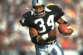 1990:  LOS ANGELES RAIDERS RUNNING BACK BO JACKSON CARRIES THE FOOTBALL DURING THE RAIDERS GAME AT THE MEMORIAL COLISEUM IN LOS ANGELES, CALIFORNIA.  MANDATORY CREDIT:  MIKE POWELL/ALLSPORT