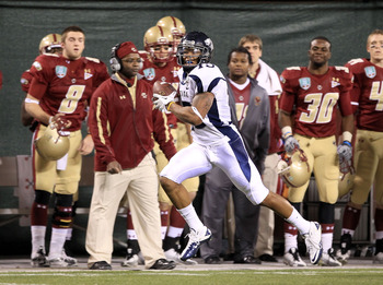 SAN FRANCISCO, CA - JANUARY 09:  Richard Matthews #15 of the Nevada Wolf Pack runs for a touchdown against Boston College during the Kraft Fight Hunger Bowl at AT&T Park on January 9, 2011 in San Francisco, California.  (Photo by Ezra Shaw/Getty Images)