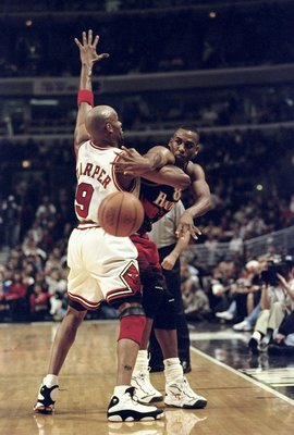 9 Feb 1999: Steve Smith #8 of the Atlanta Hawks passes the ball as Ron Harper #9 of the Chicago Bulls blocks him during the game at the United Center in Chicago, Illinois. The Hawks defeated the Bulls 87-71.