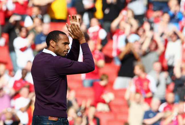LONDON, ENGLAND - OCTOBER 04:  Former Arsenal player Thierry Henry acknowledges the fans applause prior to the Barclays Premier League match between Arsenal and Blackburn Rovers at Emirates Stadium on October 4, 2009 in London, England.  (Photo by Phil Co