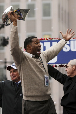NEW YORK - FEBRUARY 05:  New York Giants defensive end Michael Strahan holds up the Vince Lombardi trophy during the New York Giants Superbowl XLII victory parade February 5, 2008 in New York City.  (Photo by Chris McGrath/Getty Images)
