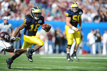JACKSONVILLE, FL - JANUARY 01:  Quarterback Denard Robinson #16 of the Michigan Wolverines rushes against the Mississippi State Bulldogs during the Gator Bowl at EverBank Field on January 1, 2011 in Jacksonville, Florida  (Photo by Rick Dole/Getty Images)