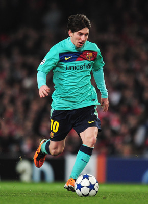 LONDON, ENGLAND - FEBRUARY 16:  Lionel Messi of Barcelona runs with the ball during the UEFA Champions League round of 16 first leg match between Arsenal and Barcelona at the Emirates Stadium on February 16, 2011 in London, England.  (Photo by Shaun Botte
