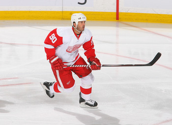 BUFFALO, NY - FEBRUARY 26: Mike Modano #90 of the Detroit Red Wings skates against the Buffalo Sabres  at HSBC Arena on February 26, 2011 in Buffalo, New York. Detroit won 3-2 in a shootout.  (Photo by Rick Stewart/Getty Images)