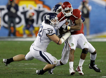GLENDALE, AZ - JANUARY 01:  DeMarco Murray #7 of the Oklahoma Sooners runs the ball as Scott Lutrus #32 of the Connecticut Huskies attempts to take it away in the first half during the Tostitos Fiesta Bowl at the Universtity of Phoenix Stadium on January