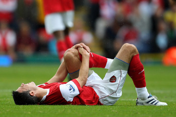 BLACKBURN, ENGLAND - AUGUST 28:  Robin van Persie of Arsenal holds his knee during the Barclays Premier League match between Blackburn Rovers and Arsenal at Ewood Park on August 28, 2010 in Blackburn, England.  (Photo by Alex Livesey/Getty Images)