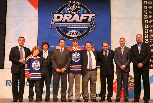 LOS ANGELES, CA - JUNE 25:  Taylor Hall, drafted #1 overall by the Edmonton Oilers, poses with team personnel during the 2010 NHL Entry Draft at Staples Center on June 25, 2010 in Los Angeles, California.  (Photo by Bruce Bennett/Getty Images)