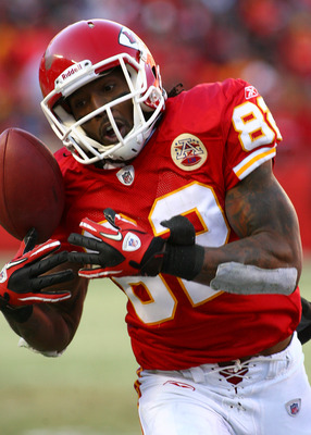 KANSAS CITY, MO - JANUARY 02:  Wide receiver Dwayne Bowe #82 of the Kansas City Chiefs bobbles the ball in a game against the Oakland Raiders at Arrowhead Stadium on January 2, 2011 in Kansas City, Missouri.  (Photo by Tim Umphrey/Getty Images)