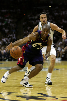 SAN ANTONIO - JUNE 10:  Eric Snow #20 of the Cleveland Cavaliers tries to control the ball under pressure from Manu Ginobili #20 of the San Antonio Spurs in the first half of Game Two of the 2007 NBA Finals on June 10, 2007 at the AT&T Center in San Anton