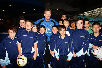 SYDNEY, AUSTRALIA - JULY 05:  Everton FC manager David Moyes poses with young fans during an Everton FC press conference at ANZ Stadium on July 5, 2010 in Sydney, Australia.  (Photo by Matt King/Getty Images)