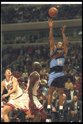 7 Apr 1995:  Guard Bobby Phills of the Cleveland Cavaliers goes up for two during a game against the Chicago Bulls at the United Center in Chicago, Illinois.  The Bulls won the game, 97-88. Mandatory Credit: Jonathan Daniel  /Allsport