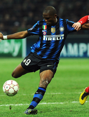 MILAN, ITALY - FEBRUARY 23:  Samuel Eto o of Inter Milan competes with Anatoliy Tymoshchuk of FC Bayern Muenchen during the UEFA Champions League round of 16 first leg match between Inter Milan v FC Bayern Muenchen on February 23, 2011 in Milan, Italy.  (
