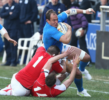 ROME, ITALY - FEBRUARY 26:  Sergio Parisse (R) of Italy is tackled during the RBS Six Nations match between Italy and Wales on February 26, 2011 in Rome, Italy.  (Photo by Paolo Bruno/Getty Images)