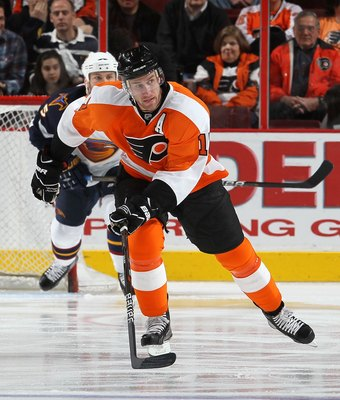 PHILADELPHIA, PA - MARCH 12:  Jeff Carter #17 of the Philadelphia Flyers skates against the Atlanta Thrashers on March 12, 2011 at Wells Fargo Center in Philadelphia, Pennsylvania.  (Photo by Jim McIsaac/Getty Images)
