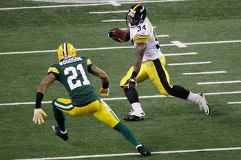 ARLINGTON, TX - FEBRUARY 06:  Rashard Mendenhall #34 of the Pittsburgh Steelers runs down field against Charles Woodson #21 of the Green Bay Packers during Super Bowl XLV at Cowboys Stadium on February 6, 2011 in Arlington, Texas.  (Photo by Rob Carr/Gett