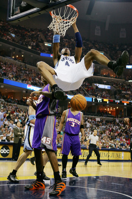 MEMPHIS, TN - MAY 1:  Stromile Swift #4 of the Memphis Grizzlies dunks against the Phoenix Suns in Game four of the Western Conference Quarterfinals during the 2005 NBA Playoffs at the FedExForum on May 1, 2005 in Memphis, Tennessee. The Suns won 123-115