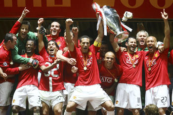 MOSCOW - MAY 21: Manchester United players celebrate with the trophy following their team's victory during the UEFA Champions League Final match between Manchester United and Chelsea at the Luzhniki Stadium on May 21, 2008 in Moscow, Russia. (Photo by Jul