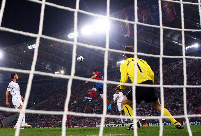 ROME - MAY 27:  Lionel Messi of Barcelona scores past Manchester United goalkeeper Edwin van der Sar during the UEFA Champions League Final match between Barcelona and Manchester United at the Stadio Olimpico on May 27, 2009 in Rome, Italy.  (Photo by Lau