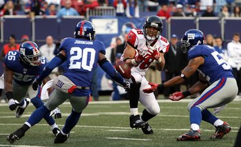 EAST RUTHERFORD, NJ - NOVEMBER 22:  Tony Gonzalez #88 of the Atlanta Falcons can't hold onto the ball as he is defended by Aaron Rouse #26, Michael Johnson #20, and Michael Boley #52 of the New York Giants on November 22, 2009 at Giants Stadium in East Ru
