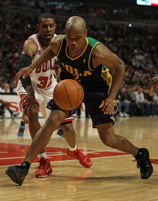 CHICAGO, IL - MARCH 07: Jarrett Jack #2 of the New Orleans Hornets moves to a loose ball in front of C.J. Watson #32 of the Chicago Bulls at the United Center on March 7, 2011 in Chicago, Illinois. The Bulls defeated the Hornets 85-77. NOTE TO USER: User